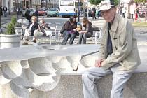 František Häckel u svého díla na  Masarykově náměstí v Jindřichově Hradci.