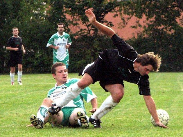 Suchdolskému Jakubovi Zárubovi (vpravo) se domácí duel se Starou Hlínou (3:1) nadmíru vyvedl. Patřil mezi nejlepší hráče zápasu a prosadil se i střelecky, když zaznamenal dva góly svého týmu.