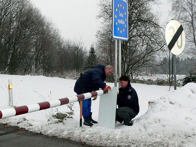 Na hraničním přechodu v Nové Bystřici se nedávno jako předzvěst vstupu do Schengenu symbolicky řezala hraniční závora, přímo v místech hraniční čáry. Na snímku ji staví pracovníci cizinecké policie Bohumil Věžník (vlevo) a Miroslav Bláha.