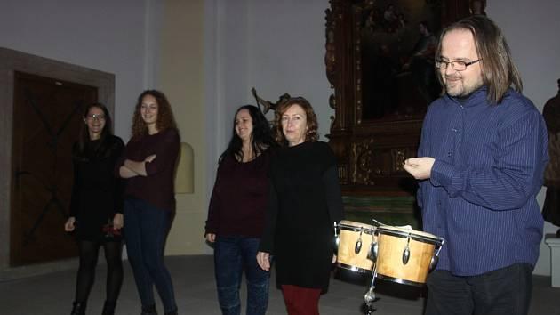 Vokální skupina X-tet vystoupila v kapli Nanebevzetí Panny Marie v Jindřichově Hradci.