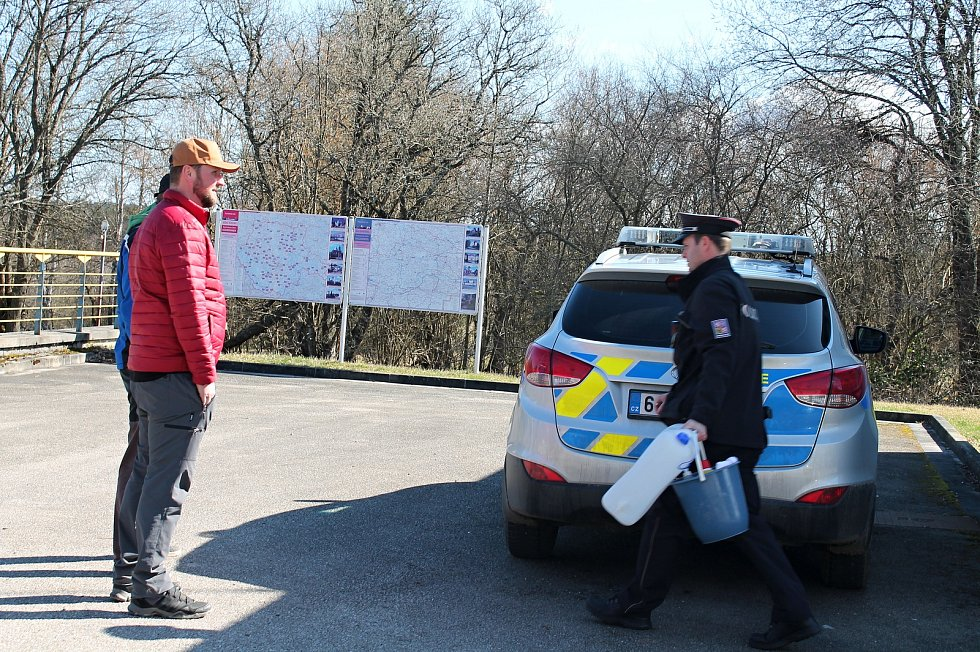 Pendleři chtěli na hranicích v Nové Bystřici získat informace od policisty. Odkázal je na mluvčího.