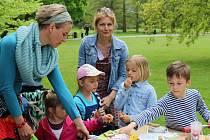 V Třeboni se připojili k Férové snídani, děti se bavily s Mildou Dubulíkem.