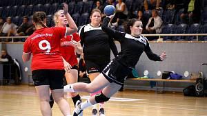 Jindřichohradecká pivotka Aneta Rytířová (vpravo) nastupuje v týmu prvoligových dorostenek i žen.