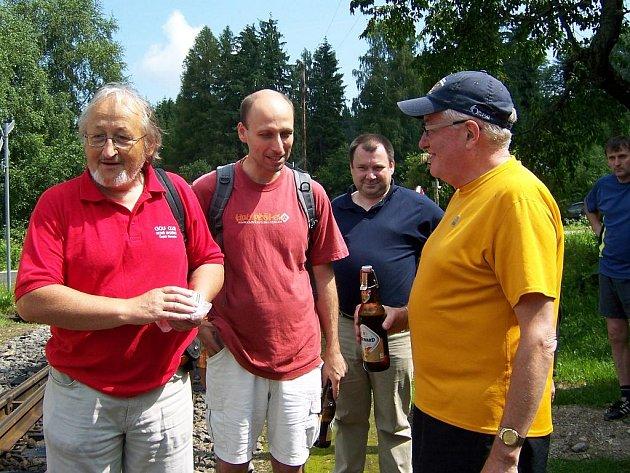 Vyjížďka Českou Kanadou. Zastávka v Senotíně. Zúčastnil se ho i kanadský velvyslanec Michael Calcott (ve žlutém tričku).