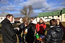 Ve Starém Městě pod Landštejnem se lidé sešli u rybí polévky, kterou jim připravila starostka Alena Šindlerová.