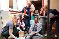 Studenti střední zdravotnické školy si ve školním Memoriálu Dáši Křížové vyzkoušeli poskytování první pomoci.