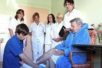 Praktickou část maturity skládali budoucí zdravotníci včetně Michala Rakušana na pracovišti LDN v Jindřichově Hradci.