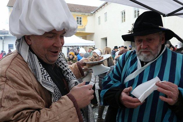 """Na """"Masopust s párou"""" se do nedaleké Kamenice nad Lipou po kolejích vypravili i divadelníci z hradecké společnosti Jablonský."""