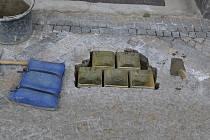 Pokládání kamenů zmizelých v Klášterské ulici v Jindřichově Hradci.