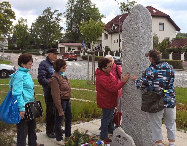 Netradiční prohlídka města nad Vajgarem začala u památníku letců na nábřeží Ladislava Stehny.