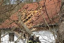 Strom, který v poryvech větru spadl na dům v Plavsku, značně poškodil střechu.