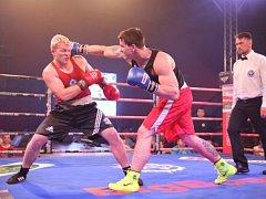 Opora třeboňských boxerů Adam Kolařík (vlevo) zajistil v závěrečném souboji v nejtěžší váhové kategorii nad 91 kg pro svůj tým remízu s Děčínem.