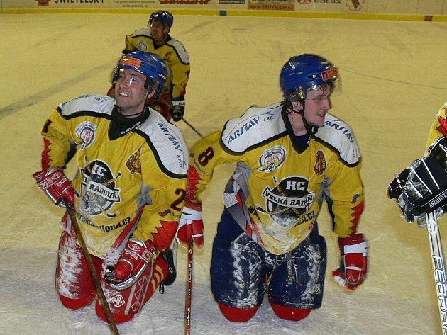 Klíčoví útočníci Velké Radouně Zdeněk Jedlinski (vlevo) a Lukáš Beránek si mohli po vítězném utkání se Strakonicemi užít zasloužené ovace publika.