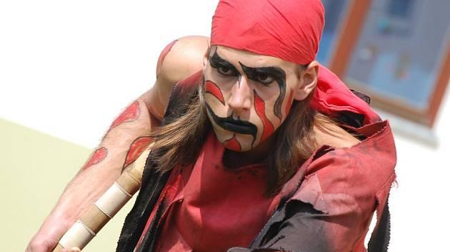 Na prodejním jarmarku výchovného ústavu v Jindřichově Hradci vystoupil i kejklíř Vítek se svým novým číslem.