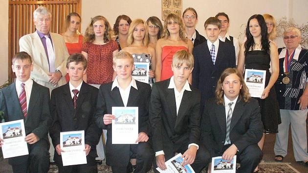 Na snímku jsou deštenští deváťáci i s ředitelem školy Jaroslavem Říhou.