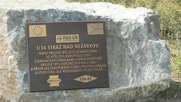 Pamětní deska projektu strážského obchvatu.