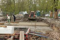 V Husových sadech pokračují práce na obnově parku.