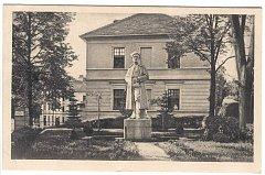 Původní pomník je dílem sochaře O. Birmy, který pod plukovníkem sloužil v legiích, byl odhalen 2. srpna 1925.