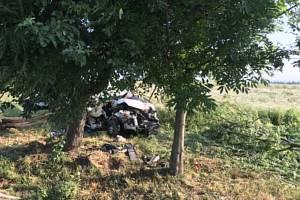 U Děbolína na Jindřichohradecku narazila dodávka do stromu. Spolujezdkyně na místě zemřela.