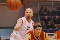 Kádr prvoligových basketbalistů Jindřichova Hradce překvapivě opustil 41letý pivot  Aleš Kočvara (vlevo).