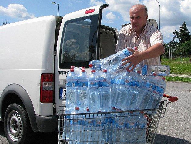 V úterý kolem poledního nakupoval Martin Fousek balené vody v jindřichohradeckém Penny Marketu. Poté se vydal na pomoc záplavami postiženým severním Čechám.
