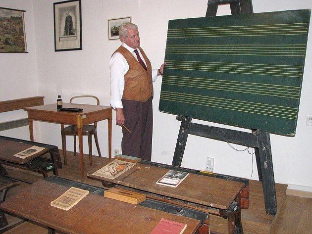 Třeboňské muzeum má nově rozšířenou stálou expozici se školní třídou. Návštěvníci se tak snadno přenesou do školních hodin z dob minulých.