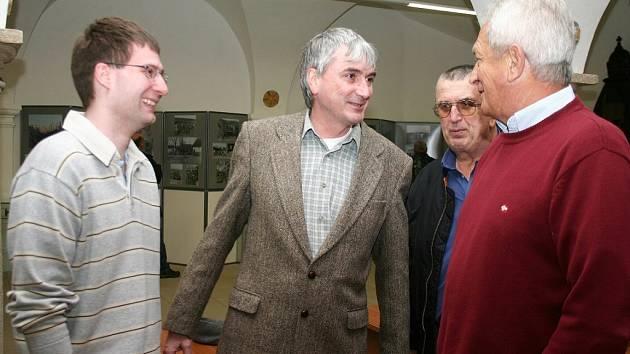 Přednášku  Pavla Vančaty (vlevo), autora řady knih s leteckou tématikou pořádal Klub historie letectví v Jindřichově Hradci.