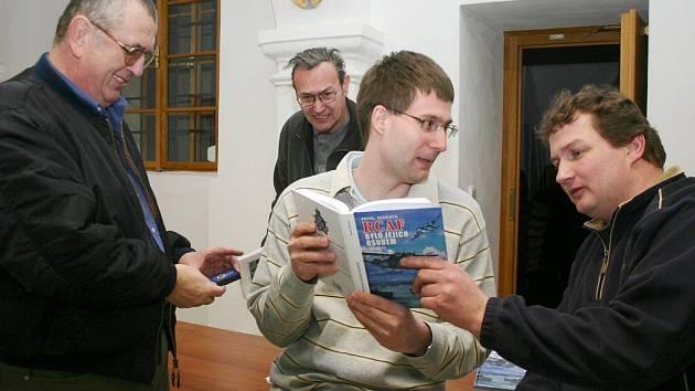 Přednášku  Pavla Vančaty (uprostřed), autora řady knih s leteckou tématikou pořádal Klub historie letectví v Jindřichově Hradci.