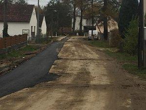 Dokončovací práce na výstavbě kanalizace v Klikově