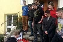Studenti třeboňského učiliště se ve středu loučili se svým spolužákem, který zemřel při nedělní dopravní nehodě v Jarošově.