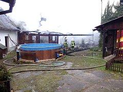 Ve Slavonicích hořela stodola u domu.