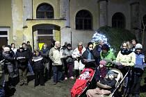 V Horní Pěně si přišlo zazpívat ke kostelu několik desítek lidí.