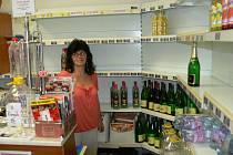 Prodavačka čerpací stanice Fruko Hana Bognárová stojí před prázdnými regály.