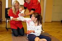 Dobrovolníci z Českého červeného kříže studentům názorně předvedli, jak ošetřit krvácení.