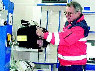 Na snímku je v novém vozidle primář jindřichohradecké záchranné služby Miroslav Vlasák.