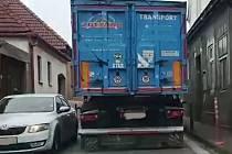 Pondělní ranní nehoda aut zbrzdila provoz v Kardašově Řečici.