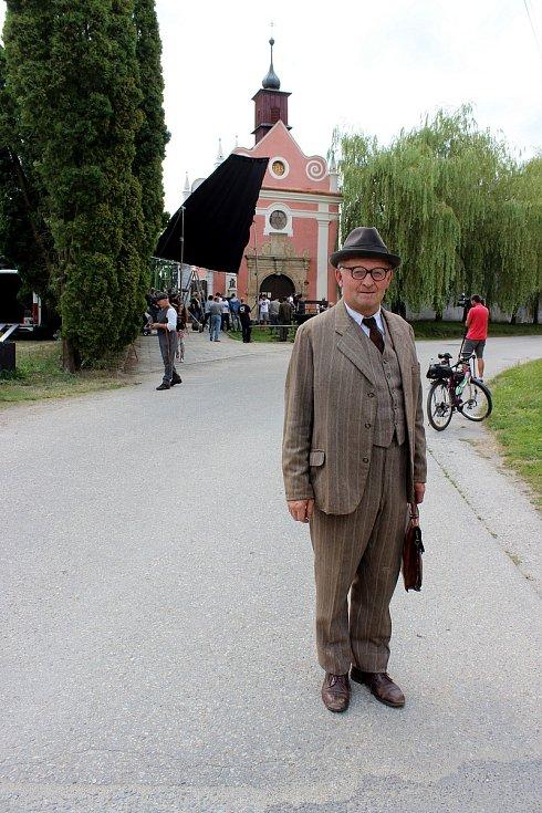 Jiří Kněžíček ze Slavonic se ve filmu Po strništi bos objevil hned čtyřikrát ve dvou rolích.