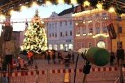Na náměstí Míru v Jindřichově Hradci jsou v plném proudu přípravy na podvečerní zpívání.