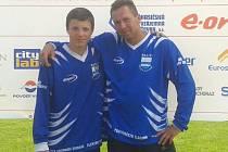 PATRIK JECHA z Chlumu u Třeboně vybojoval na Mistrovství republiky hry Plamen 10. místo. Na snímku je se svým vedoucím Petrem Belanským.