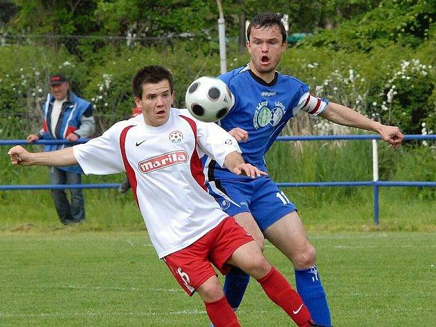Fotbalisty Jiskry čekají v sezoně i atraktivní duely s Voticemi, na snímku z posledního vzájemného souboje atakuje třeboňský obránce Zdeněk Malý (vpravo) Borkovce.