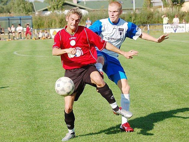 Útočník Tomáš Sedláček (vlevo) se po vleklém zranění vrátil do sestavy fotbalistů Třeboně a jeho příchod mužstvu vyloženě prospěl. V každém z obou posledních duelů totiž přispěl gólem k vysoké výhře Jiskry.