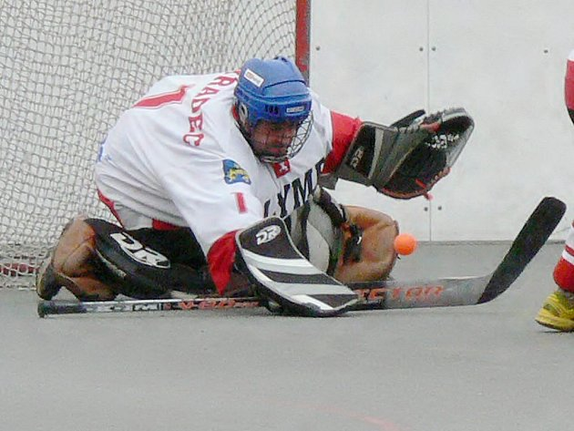 Urputný boj nabídly oba čtvrtfinálové duely I. hokejbalové ligy mezi Olympem J. Hradec a Přeloučí.  Na snímku z druhého duelu  likviduje domácí gólman  Lukáš Hovorka.