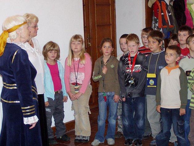 Děti v Dačicích byly v rámci Týdne knihoven pasované na čtenáře.
