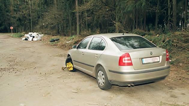 Auto zavražděného muže nalezené na odpočívadle mezi Lomnicí nad Lužnicí a Veselím nad Lužnicí.