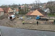 Pod rukama dělníků vzniká nová parkovací plocha, která bude po svém dokončení v první polovině května nově placená.