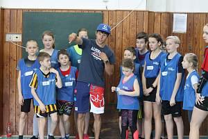 Děti z jindřichohradecké 5. základní školy absolvovaly v rámci projektu Sazka Olympijský víceboj trénink a soutěže se Šárkou Kašpárkovou a Jiřím Prskavcem.