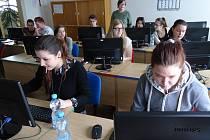 Žáci základních škol soutěžili v psaní na klávesnici v jindřichohradecké obchodní akademii.
