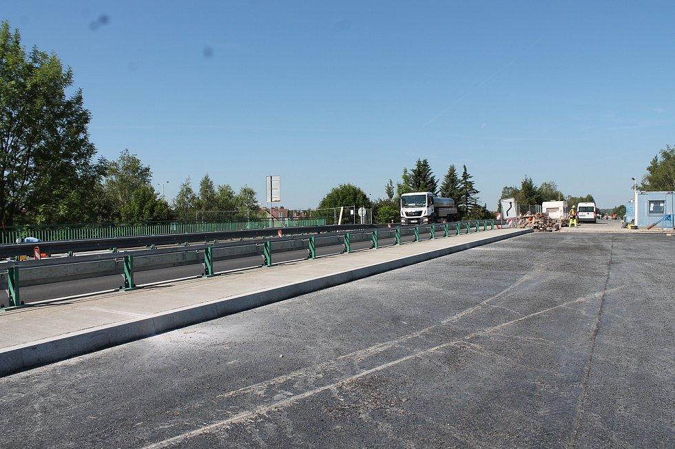 V Třeboni finišuje oprava povrchu mostu na hlavním tahu z Jindřichova Hradce na České Budějovice.