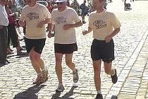 Nedělního běhu T. Foxe v Telči se zúčastnili i (zleva) starosta Roman Fabeš, velvyslanec Kanady Michael Calcott a hejtman Vysočiny Miloš Vystrčil.