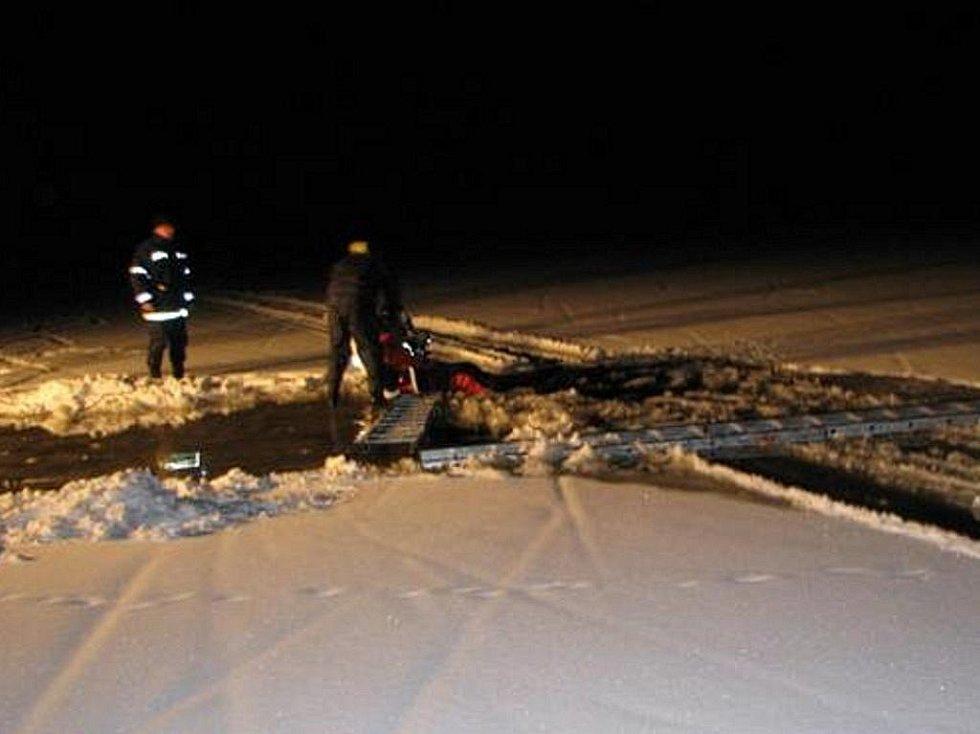 Noční zásah hasičů na Lipně, kde se prolomil led pod osobním autem.